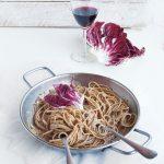 Spaghetti integrali con pesto di radicchio e mandorle
