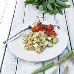 Gnocchi con pesto di salvia e pomodorini caramellati