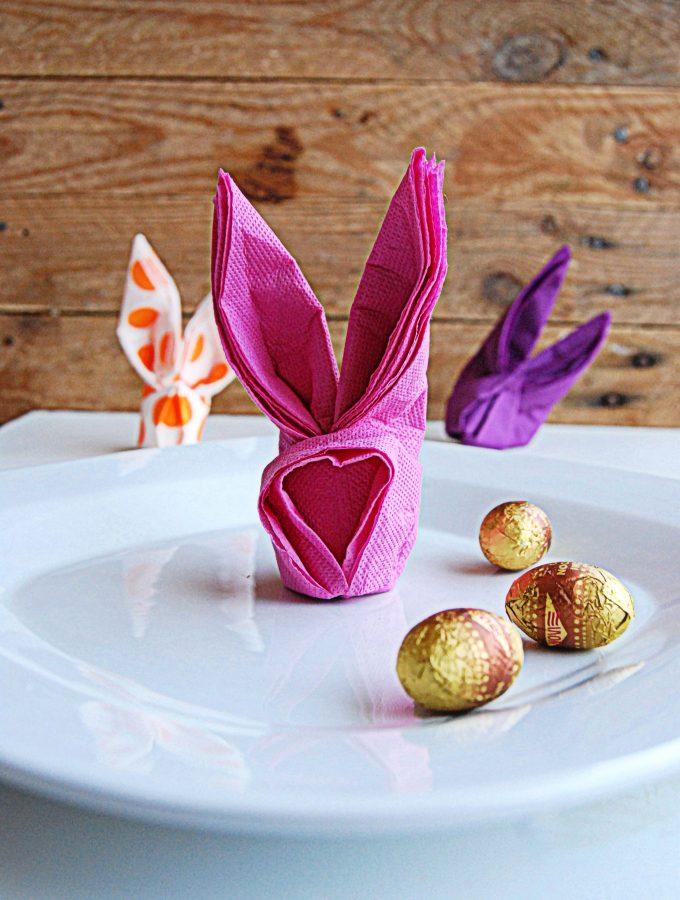 Piegare i tovaglioli a forma di coniglietto