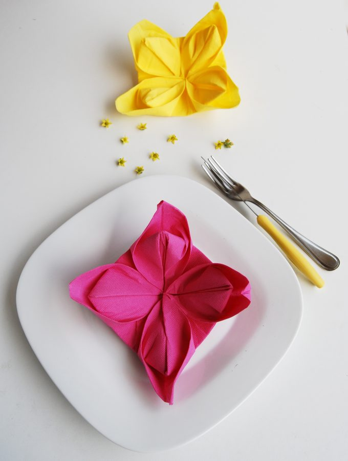 Piegare i tovaglioli a forma di fiore